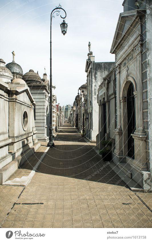 Cementerio de la Recoleta Buenos Aires Argentinien Friedhof Grabmal Sehenswürdigkeit Wege & Pfade ruhig Tod Erinnerung erinnern Symbolismus Straßenbeleuchtung