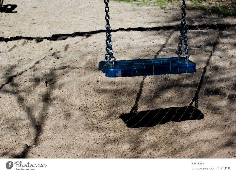 blaue schaukel Freude Einsamkeit Spielen Glück gehen Kindergarten Schaukel Spielplatz