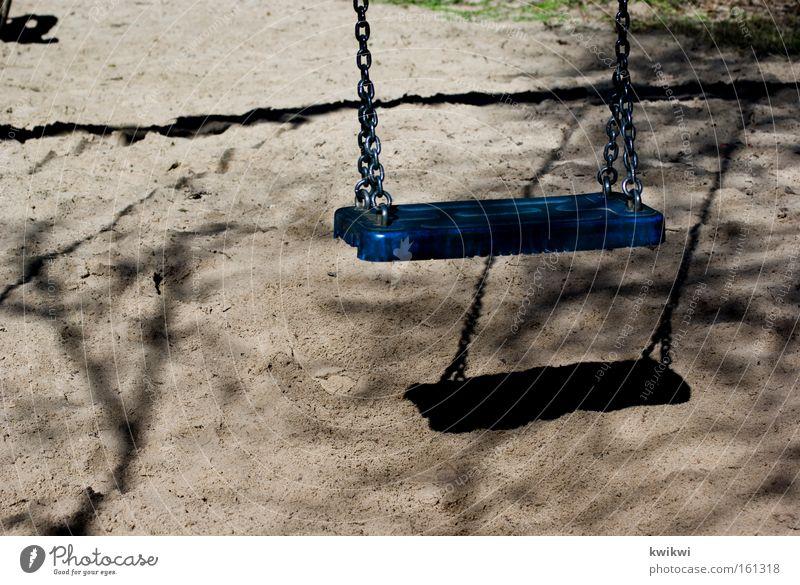 blaue schaukel Schaukel Kindergarten Spielen Spielplatz Einsamkeit gehen Glück Freude
