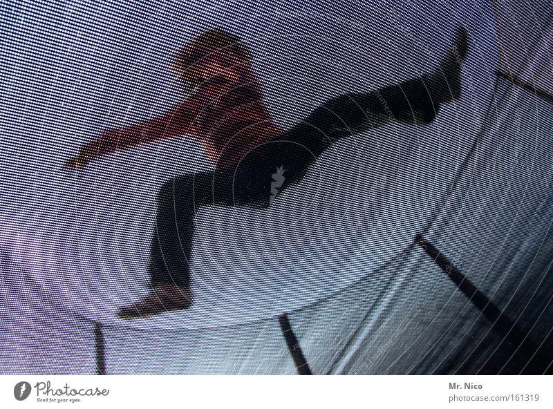 kamikaze springen Karate sprunghaft Trampolin Netz Dynamik Kraft Aktion Fangnetz Netzsicherheit Freude Funsport Fitness Sport Spielen fun Außenaufnahme