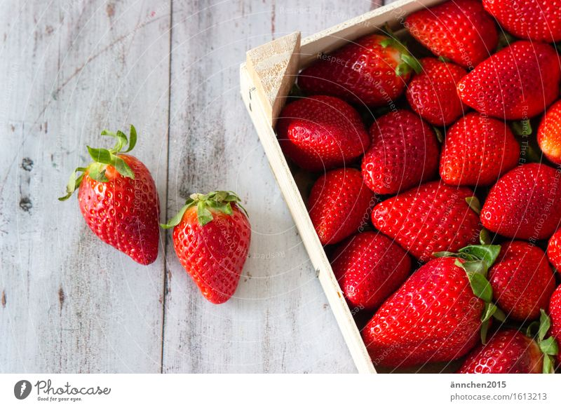 Erdbeeren grün Sommer Gesunde Ernährung rot Speise Frühling Essen Foodfotografie lecker Beeren Kiste saftig Korb