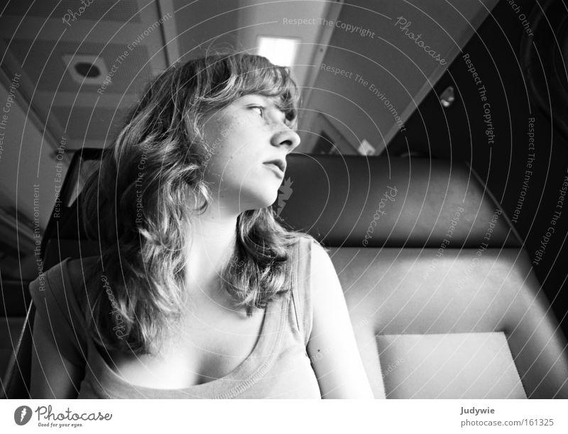Weit weg Blick Leben Ferien & Urlaub & Reisen Ferne Mensch Frau Erwachsene Jugendliche Verkehr Wege & Pfade Eisenbahn Denken fahren Traurigkeit Trauer Sehnsucht