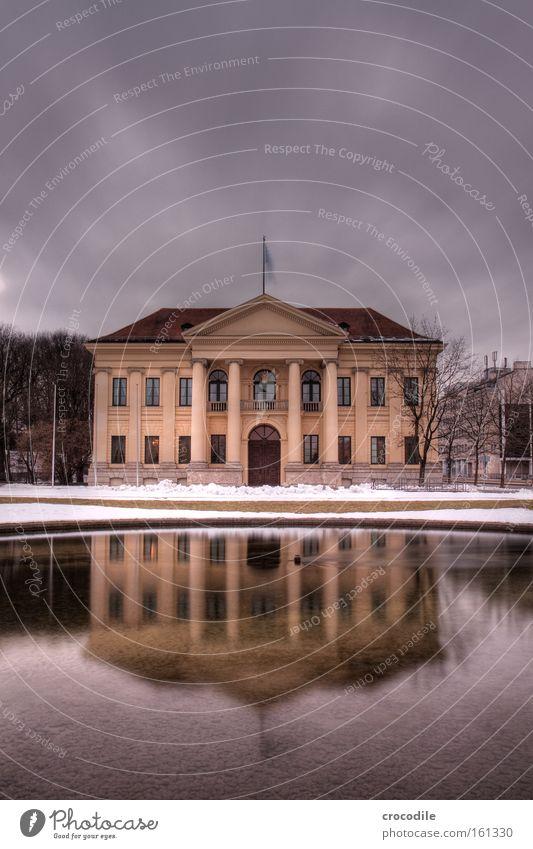 Prinz-Carl-Palais Winter Haus dunkel Schnee See München Denkmal historisch Bayern Wahrzeichen Gutshaus Teich edel Säule Kunstwerk nobel