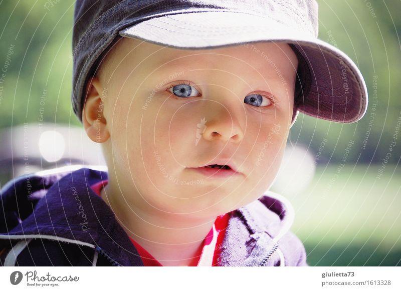 Junior maskulin Kind Baby Kleinkind Junge Kindheit 1 Mensch 1-3 Jahre Mütze Basecap Baseballmütze beobachten Blick schön Neugier niedlich Wachsamkeit