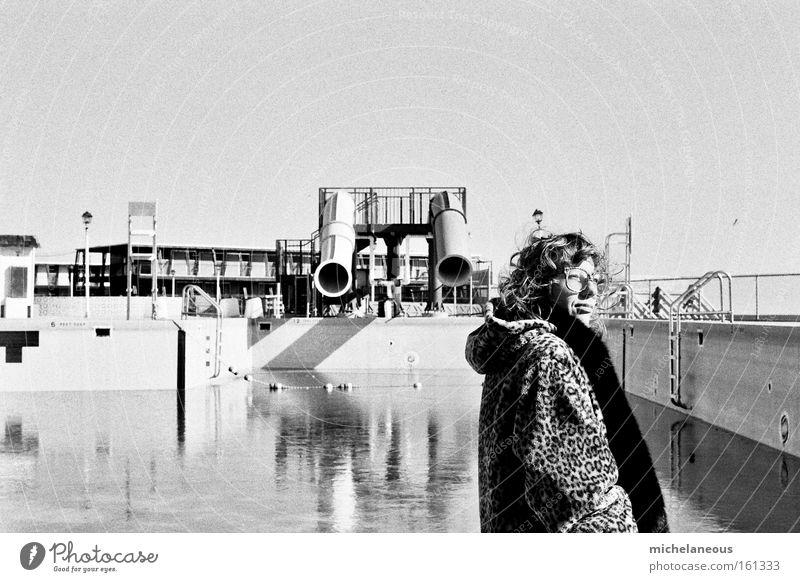 Spiel und Spaß und Spaltung. Rutsche Glück schwarz weiß Fell grau Schwimmbad Brille Mantel schön ästhetisch Wasser Himmel Sommer Schwarzweißfoto