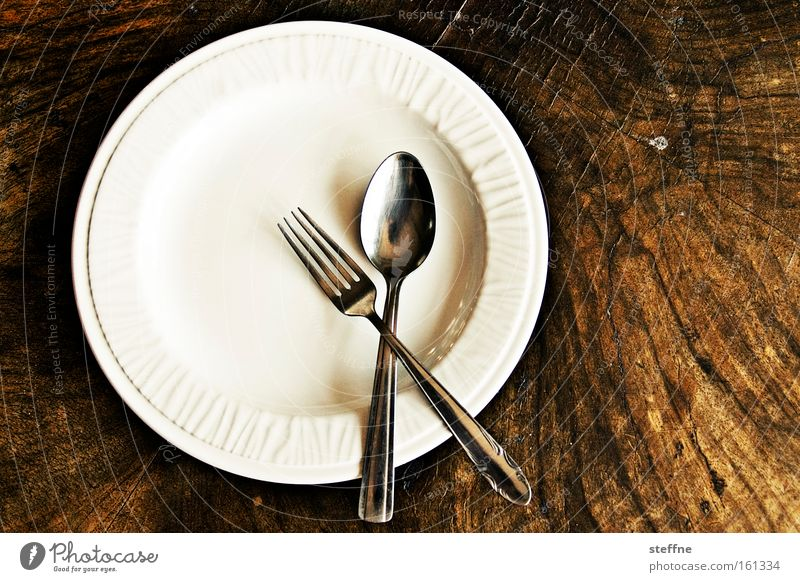 Fastenzeit Ernährung Geschirr Teller Besteck Gabel Löffel Tisch Appetit & Hunger Gedeck Porzellan Mittag Holztisch Mahlzeit unterernährung Diät schonkost leer