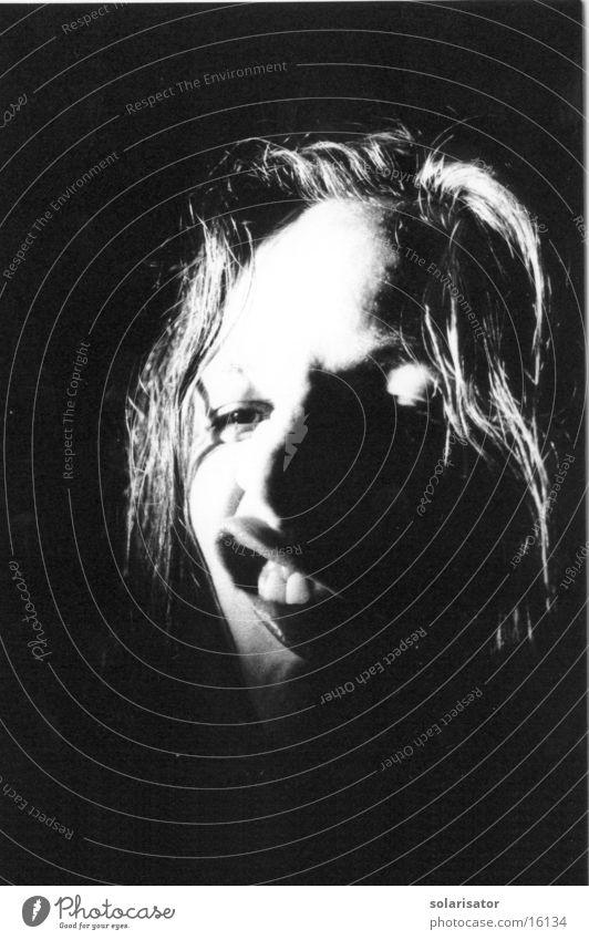 hässlichschön dunkel weiß Monster Momentaufnahme Nacht Frau langhaarig schrarz Kontrast black white Grufti