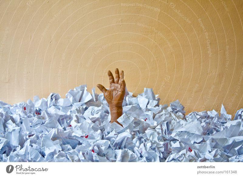 Hilfe! untergehen ertrinken Papier Müll entsorgen Sorge kümmern Finanzkrise Verwaltung Haufen Hand Krise Angst Panik gefährlich kafka