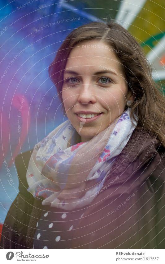julia Student Mensch feminin Junge Frau Jugendliche 1 18-30 Jahre Erwachsene Mauer Wand Graffiti Lächeln Coolness Freundlichkeit Glück trendy schön mehrfarbig
