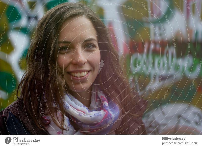 Julia | Graffiti Lifestyle lernen Student Mensch feminin Junge Frau Jugendliche Gesicht 1 18-30 Jahre Erwachsene Kultur Jugendkultur Stadt Lächeln authentisch