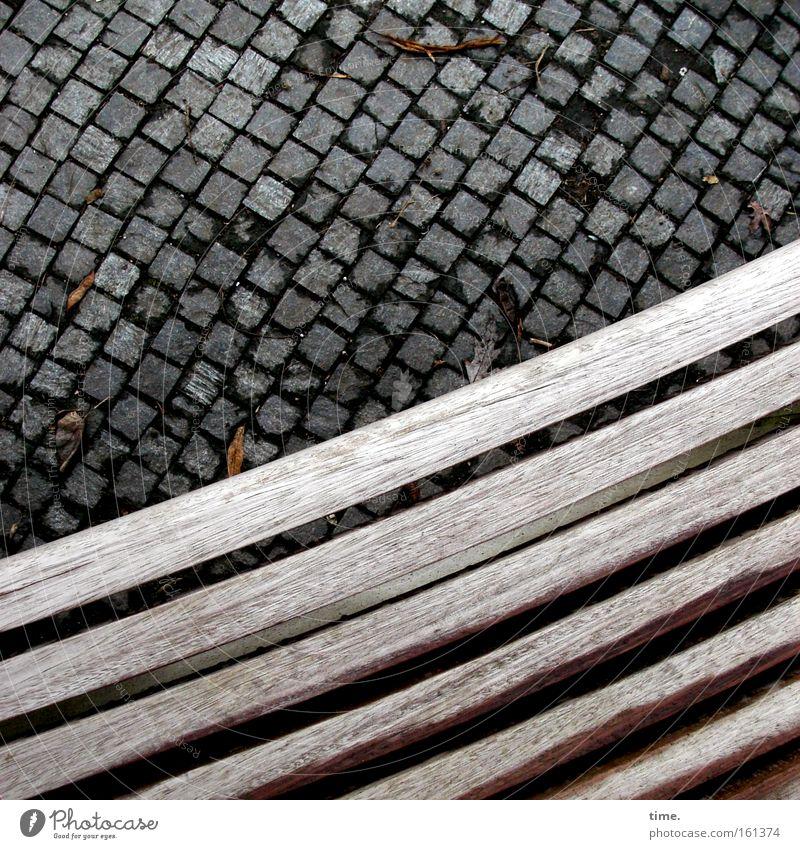 Der Schwung des Alters Farbfoto Gedeckte Farben Außenaufnahme Dämmerung Park Verkehrswege Stein Holz Steinboden Kurve Parkbank Schiffsplanken Bank Pflasterung