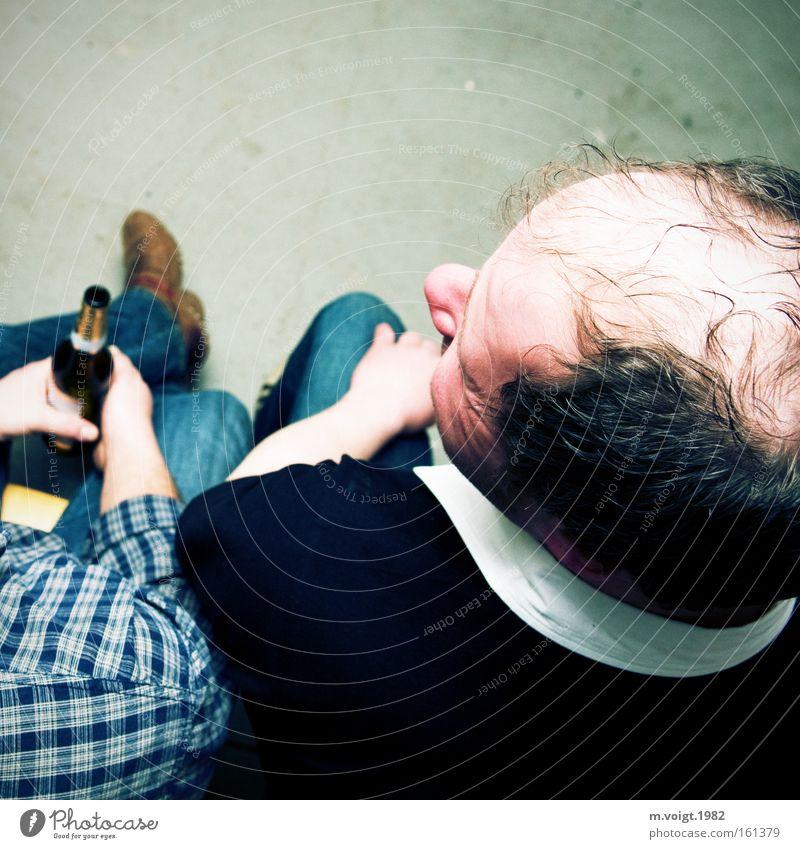 Du hast die Haare schön. Mann Haare & Frisuren Kopf Freundschaft 2 sitzen Pause trinken Bier Glatze Mensch wenige Stammtisch Haarausfall Midlife Crisis