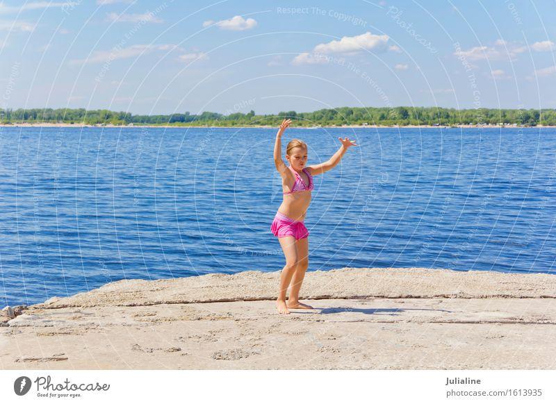 Tänzerin am Flussufer Freude Spielen Sommer Strand Meer Kind Schulkind Mädchen Frau Erwachsene Kindheit 1 Mensch 3-8 Jahre 8-13 Jahre Sand blond Bewegung