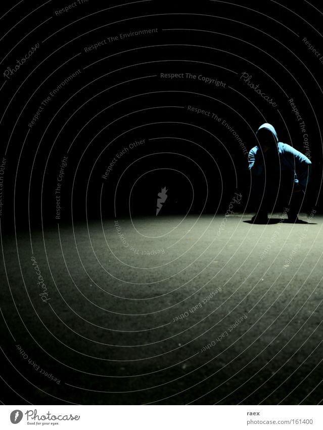 junge im schatten des lichts. Schatten Nacht Einsamkeit Trauer Licht Kontrast hockend Mann nachdenklich dunkel hell Schmerz Verzweiflung Schwarzweißfoto