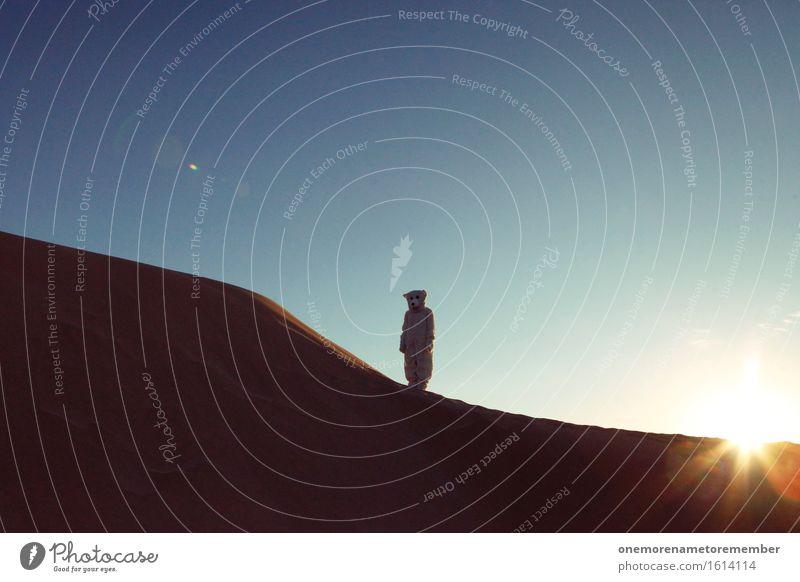 Mystischer Rumsteher im Bärenkostüm Kunst ästhetisch Eisbär Tier außergewöhnlich außerirdisch Außerirdischer außer Atem außerorts Sonne Sommer Düne Sand Wüste