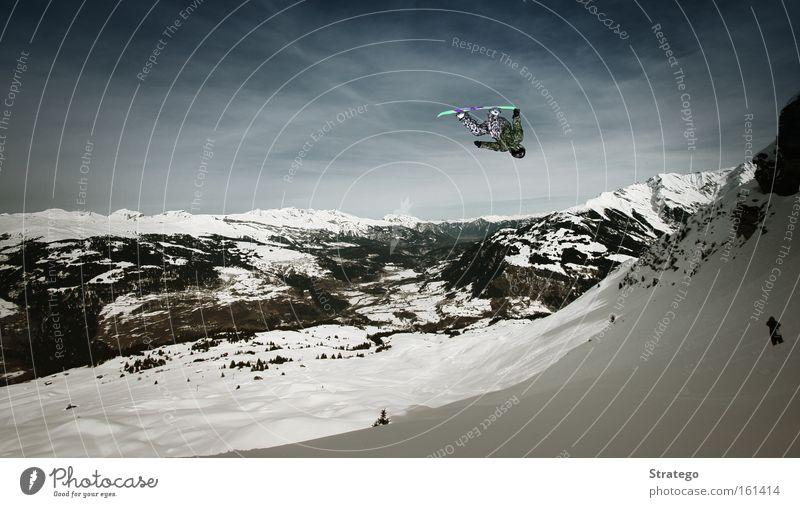 abgehoben II Winter Berge u. Gebirge Schnee springen Luft Aussicht hoch gefährlich Schneebedeckte Gipfel Risiko Mut Schneelandschaft Blauer Himmel Berghang rotieren Snowboard