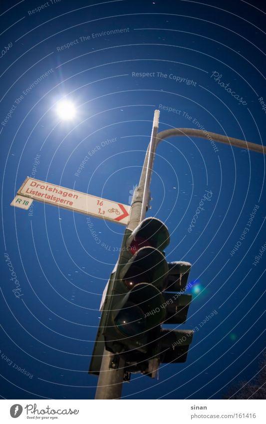 Traffic Light Ampel Verkehr Licht Himmel blau Nacht dunkel Mond Beleuchtung hell Langzeitbelichtung kalt Nachtaufnahme Schilder & Markierungen Wegweiser