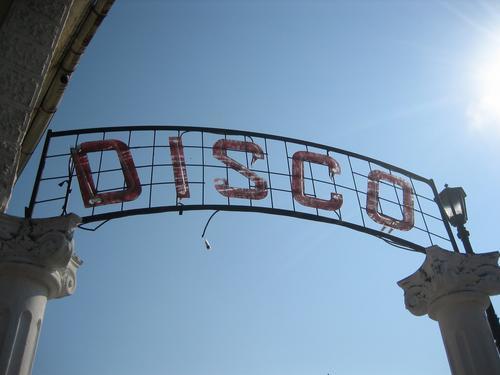 Disco Himmel alt kaputt Neonlicht retro Schriftzeichen Gegenlicht blau Nostalgie verfallen Traurigkeit