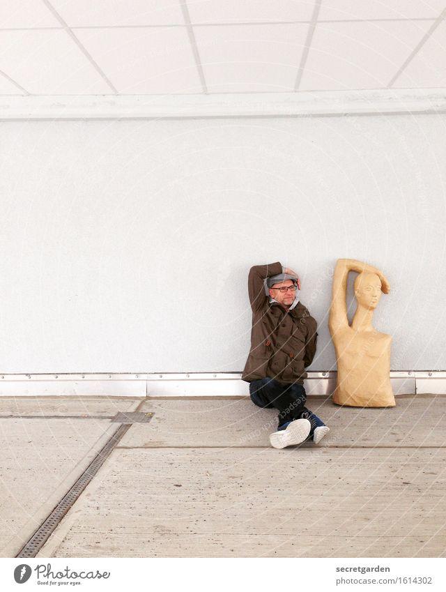 Mann Puppe Nachahmer sitzend Wand maskulin Erwachsene 1 Mensch 30-45 Jahre Schauspieler Mauer Hut braun grau weiß Zusammensein Solidarität ästhetisch