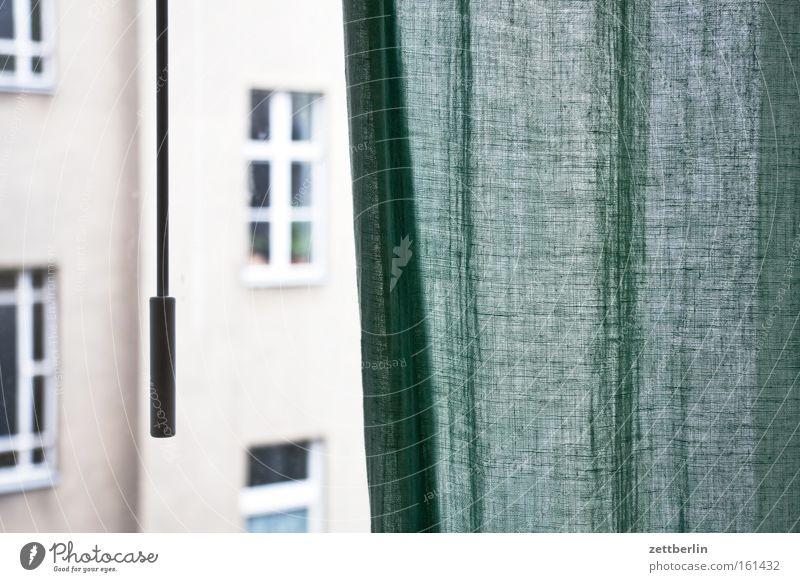 Fenster mit Gardine Häusliches Leben Haus Stadthaus Mieter Vermieter Mietrecht dunkel verdunkeln Dämmerung Wand Vorhang Fensterfront Fassade schleuderstange