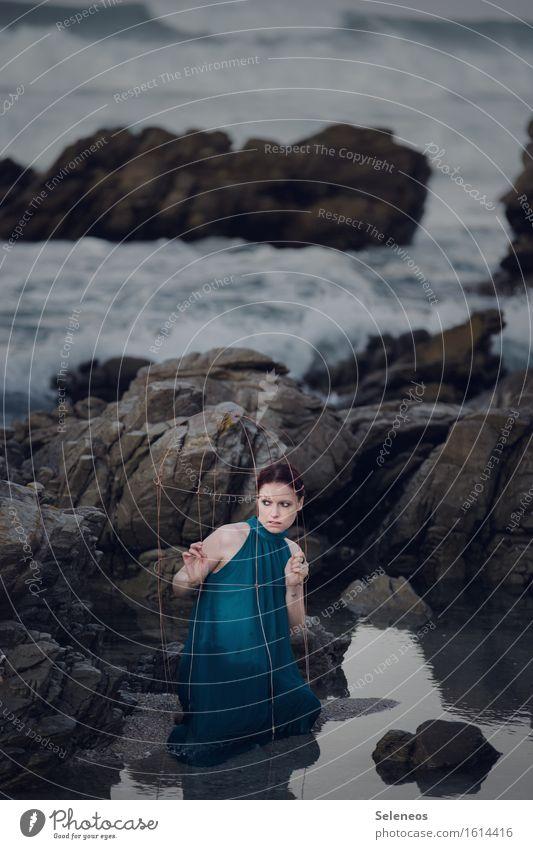 Käfighaltung Mensch Frau Wasser Meer Strand Erwachsene Küste feminin Wellen frisch nass Käfig