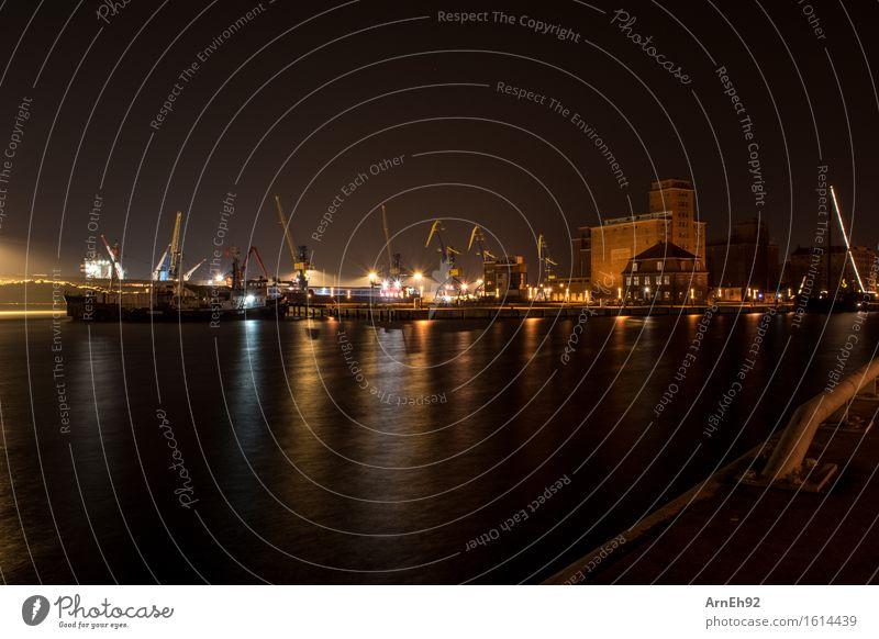 Nachts am Hafen Ostsee Wismar Deutschland Stadt Hafenstadt Menschenleer Industrieanlage Sehenswürdigkeit Wahrzeichen Verkehrsmittel Schifffahrt Kran dunkel kalt