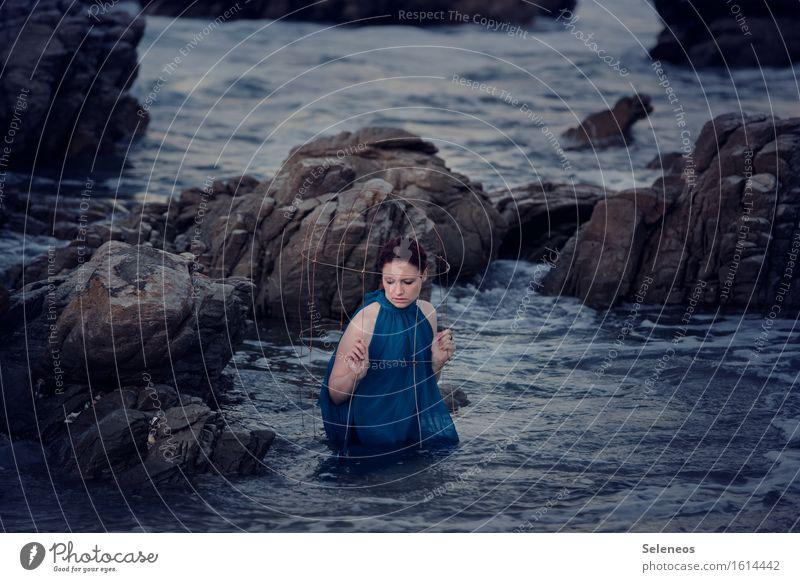 bissl nass Mensch Frau Natur Wasser Meer Einsamkeit Strand Erwachsene Umwelt Traurigkeit Küste feminin Schwimmen & Baden Stein Felsen Wellen