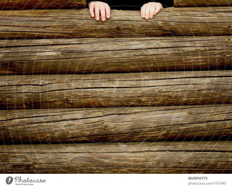 Hilfe, ich komm nicht rauf... Spielen Kleinkind Hand Holz Kinderhand Holzwand Wand Baumstamm hilflos Maserung holzig Detailaufnahme