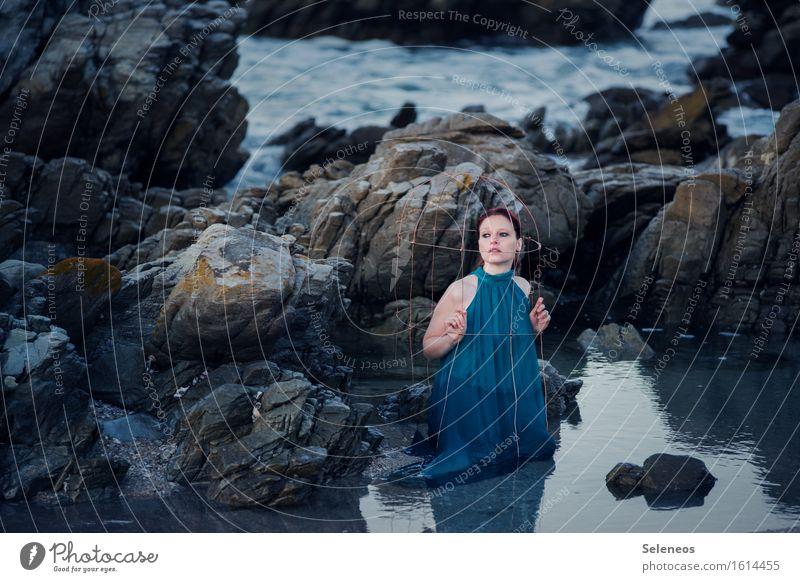 . Strand Meer Wellen Mensch feminin Frau Erwachsene 1 Umwelt Natur Wasser Felsen Küste Käfig nass natürlich Farbfoto Außenaufnahme Morgen
