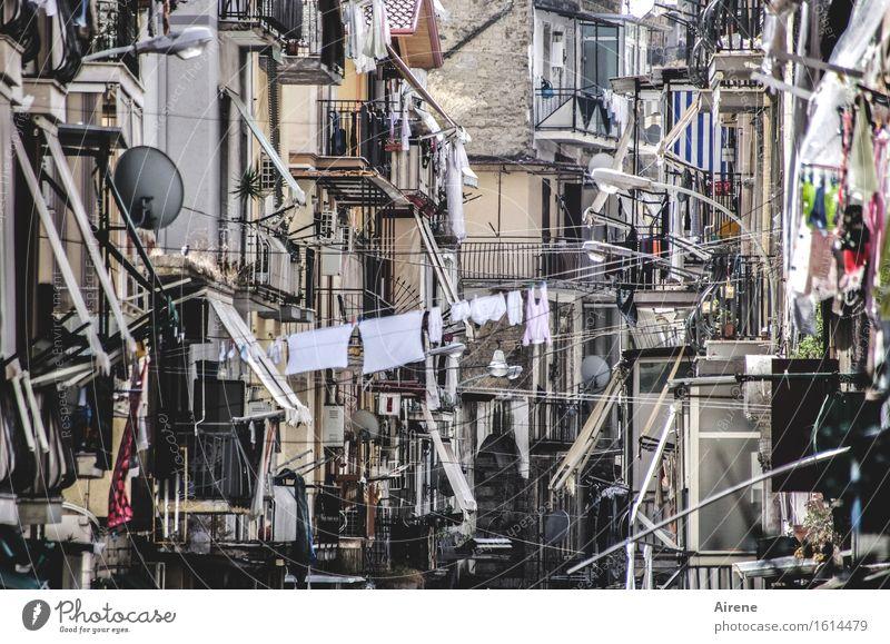 für a Fünferl a Durchanand' Häusliches Leben Neapel Italien Südeuropa Stadt Altstadt Haus Architektur Fassade Balkon Straße Häuserzeile Gasse Wäsche Wäscheleine