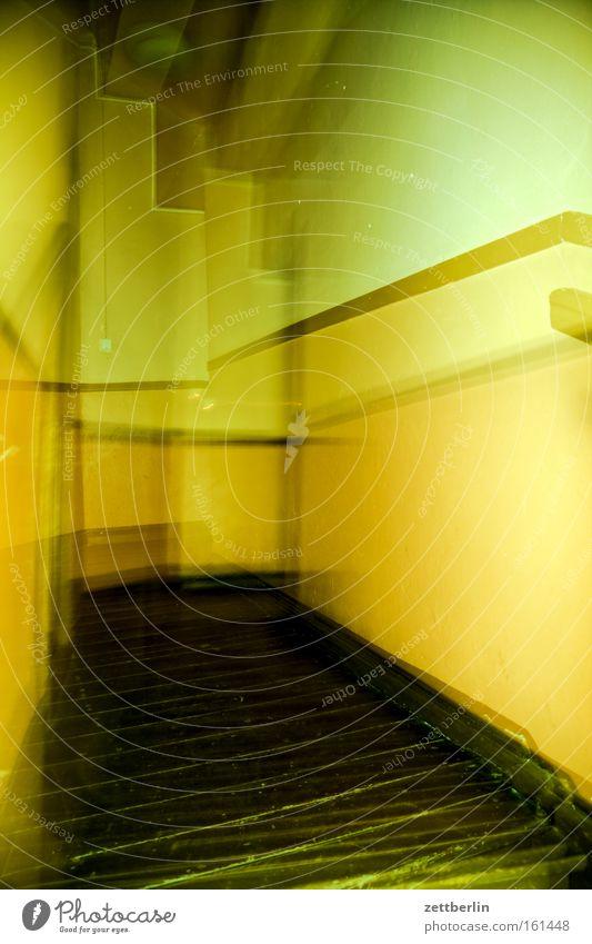 Doppel Haus Flur Gang Bewusstseinsstörung unsicher Orientierung zittern Wand Bodenbelag Erdbeben Konzentration Architektur Angst Panik Schwäche teppenhaus