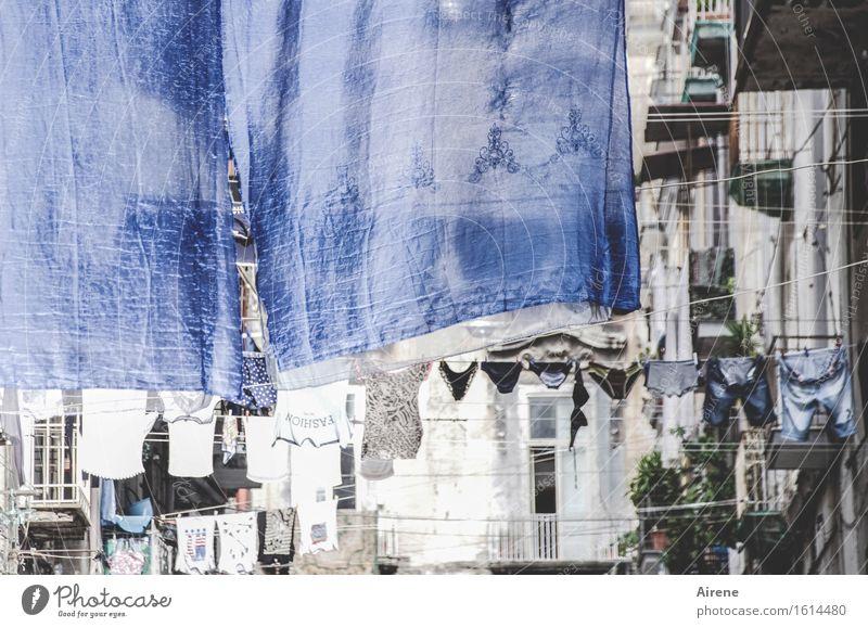 große Wäsche Altstadt Fassade Wäscheleine Balkon Straße Häuserzeile Hose Unterwäsche Bettwäsche Waschtag hängen authentisch Stadt blau weiß Reinlichkeit
