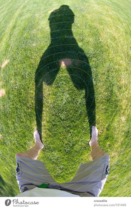 Schattenspiel Sommer Freude Gras Fuß Beine Rasen T-Shirt rund Fleck Shorts Barfuß gefleckt Fischauge verbrannt Wölbung hockend