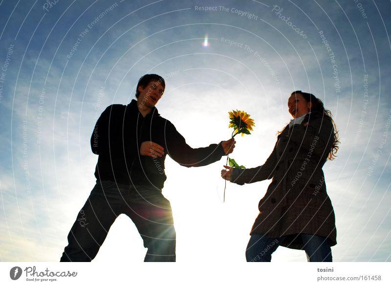 take this one Himmel Frau Mann Sonnenblume Überraschung Freundschaft Blume Geschenk Liebe Zuneigung Blüte Gegenlicht Winter Heiratsantrag Freude Liebespaar