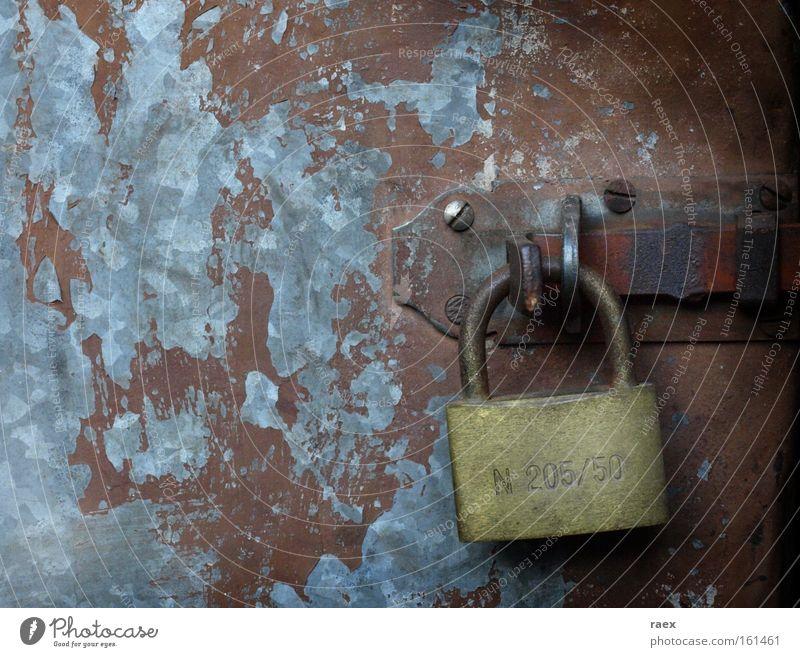 Riegel vor und aus... alt Tür geschlossen Sicherheit Vergänglichkeit Rost Schloss