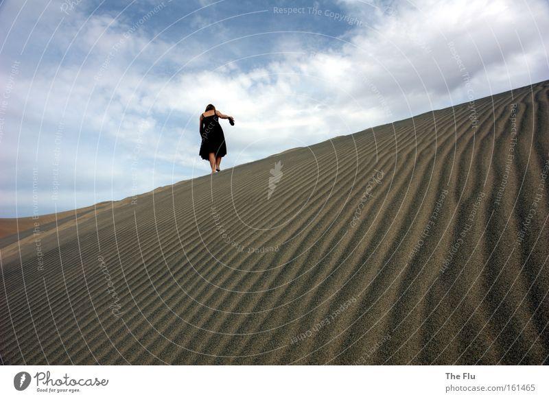 Deine Spuren im Sand Frau Himmel blau schwarz Einsamkeit Wärme Sand braun Erwachsene wandern gehen USA Wüste Sehnsucht Fernweh Barfuß