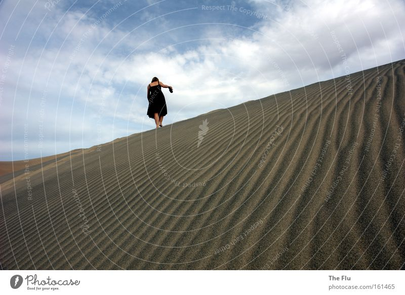 Deine Spuren im Sand Frau Himmel blau schwarz Einsamkeit Wärme braun Erwachsene wandern gehen USA Wüste Sehnsucht Fernweh Barfuß