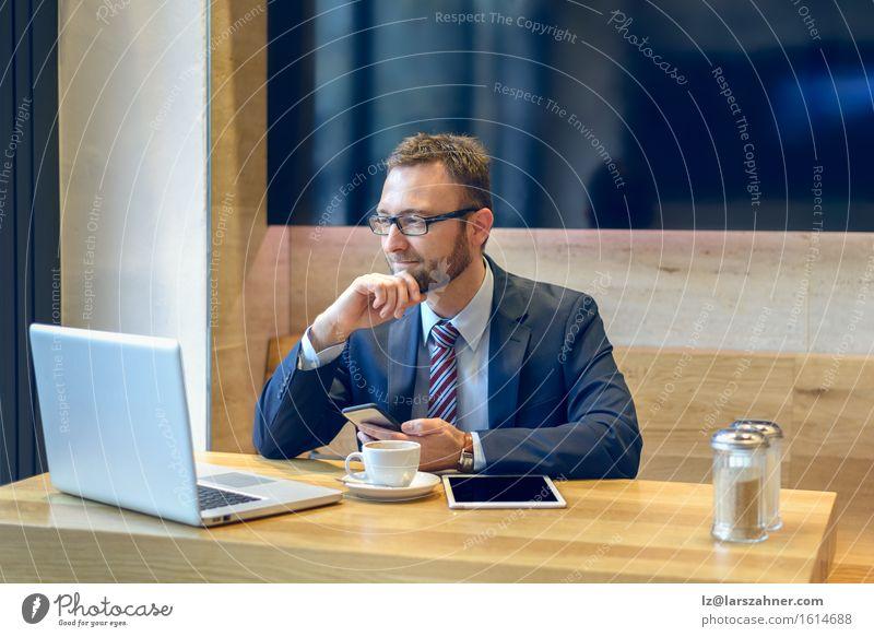 Mensch Mann Gesicht Erwachsene Arbeit & Erwerbstätigkeit modern Technik & Technologie Computer Brille Telefon Kaffee Anzug Notebook Entwurf Geschäftsmann