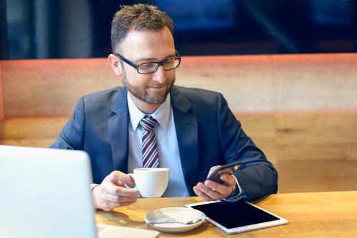Geschäftsmann, der seinen Kaffee genießt Mensch Mann Gesicht Erwachsene Arbeit & Erwerbstätigkeit modern Technik & Technologie Computer Brille Telefon Anzug