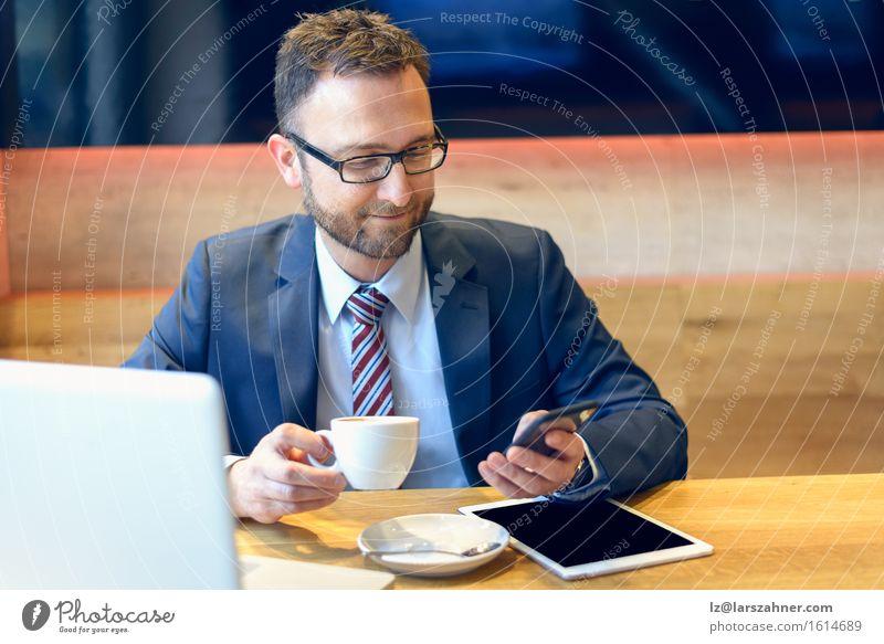Mensch Mann Gesicht Erwachsene Arbeit & Erwerbstätigkeit modern Technik & Technologie Computer Brille Telefon Kaffee Anzug Notebook Entwurf Geschäftsmann verbinden