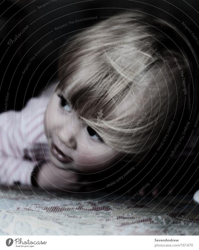 Kind Mädchen Spielen träumen blond Boden