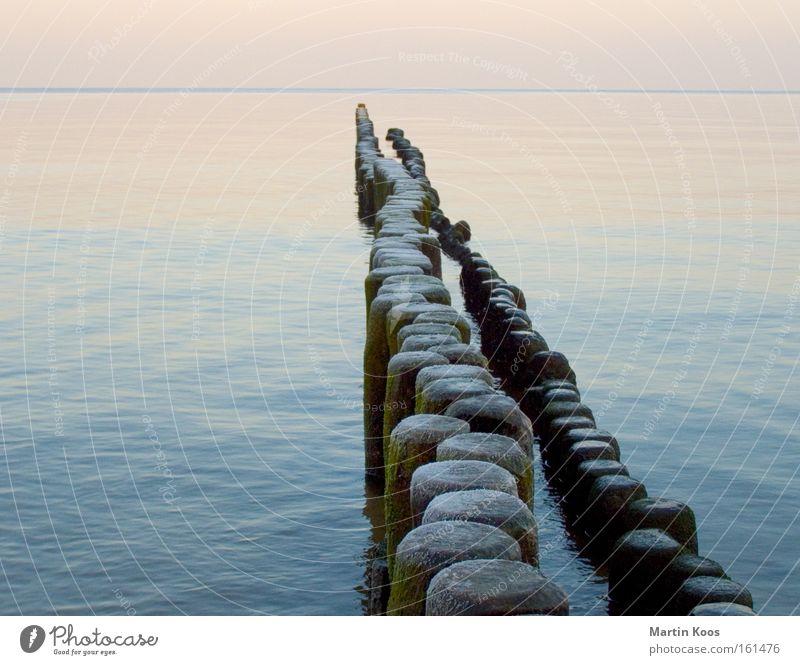 Meer an einem kühlen Morgen Meer ruhig Winter kalt Schnee Linie glänzend Eis frisch paarweise nass Spaziergang Frost Reihe Pastellton Rauschen