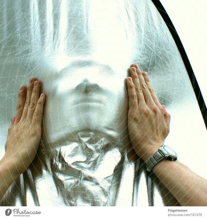 Wer bin ich? Hand verstecken Gesicht silber Maske Uhr Blende Mumie Silberfolie Aufheller