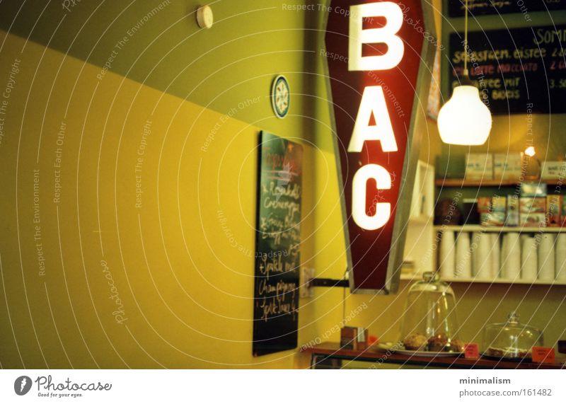 pause. Berlin Café Brunch gemütlich Obstsalat Prenzlauer Berg Zigarette Gastronomie pause breakfast frühstück snack tabac Rauchen Bioprodukte
