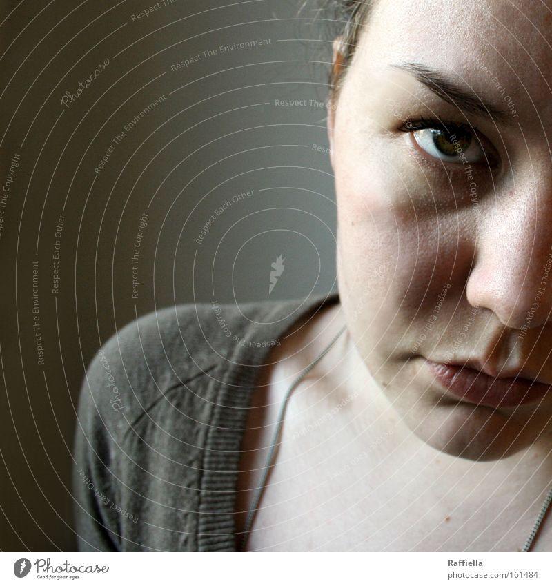 Schattenseiten Licht Porträt Blick Gesicht ruhig Frau Erwachsene Auge Trauer Verzweiflung