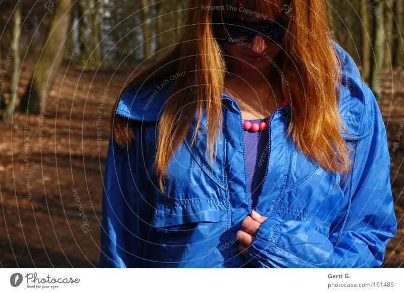 lass' die Sonne rein Frau Jacke blau langhaarig rothaarig aufmachen schließen Reißverschluss glänzend Muster Farbfleck Wald Fußweg Baum Trauer Verzweiflung