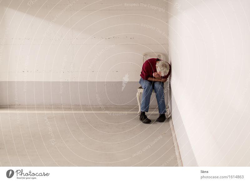 rückzugswinkel Mensch maskulin Mann Erwachsene Leben 1 45-60 Jahre Parkhaus Bauwerk Mauer Wand Wege & Pfade Denken sitzen kalt grau weiß Schutz ruhig