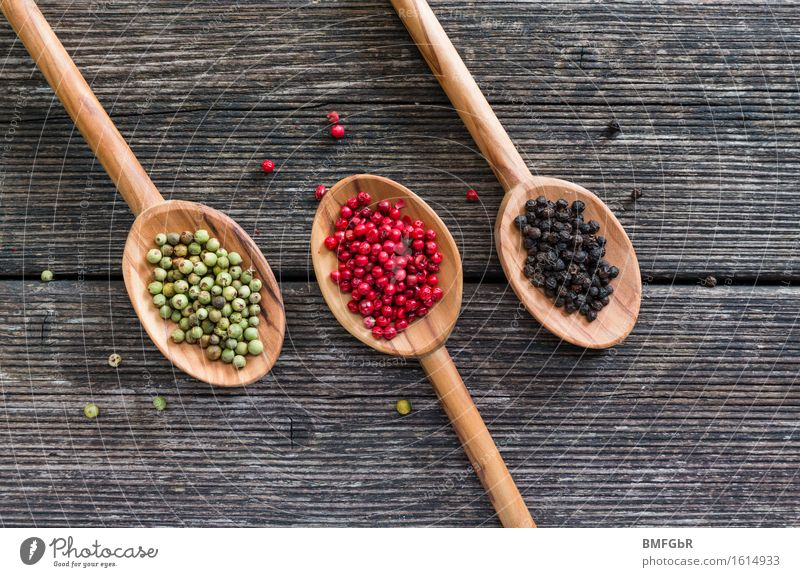 Pfeffertrio Lebensmittel Kräuter & Gewürze Pfefferkörner Ernährung grün rot schwarz genießen Kugel Olivenholz Löffel Holz Holzbrett rustikal aromatisch 3