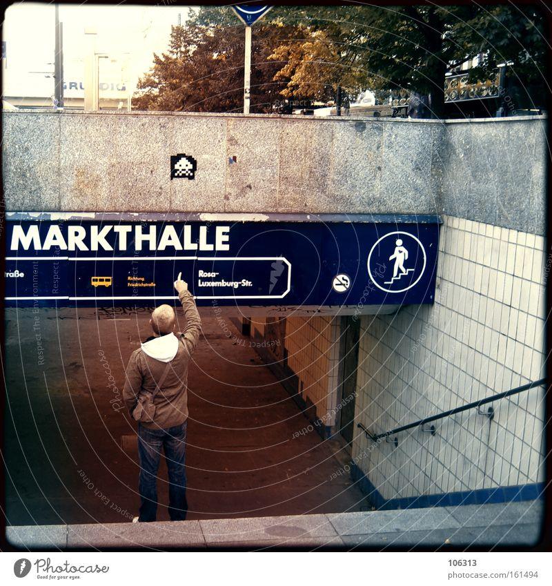Fotonummer 116308 Berlin Markthalle zeigen Typ Mann Stadt Hauptstadt Morgen Tourist Finger gestellt arrangiert against racism dude Inszenierung