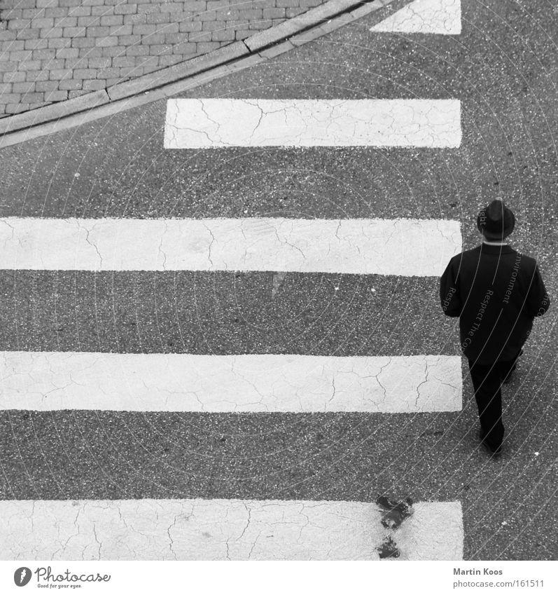 geradezu Mensch Mann alt weiß Stadt schwarz Straße Wege & Pfade Traurigkeit Erwachsene gehen Schilder & Markierungen laufen maskulin Ecke trist